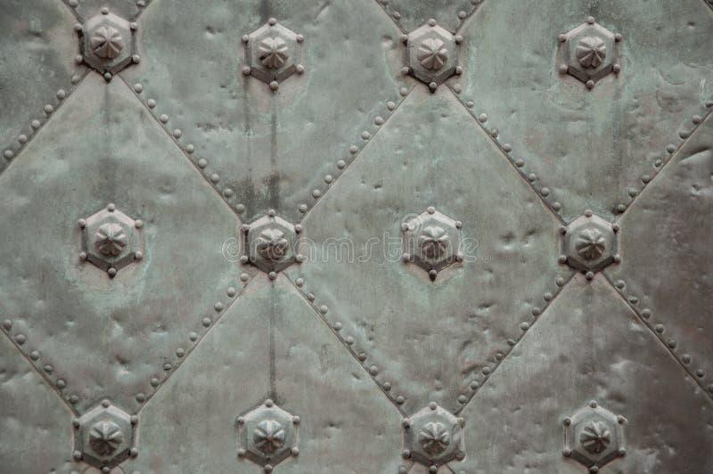 古老灰色金属门 库存图片