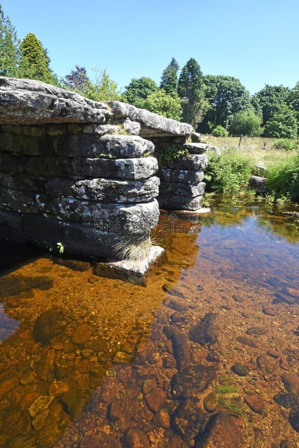 古老石拍板桥梁,达特穆尔,英国 库存图片