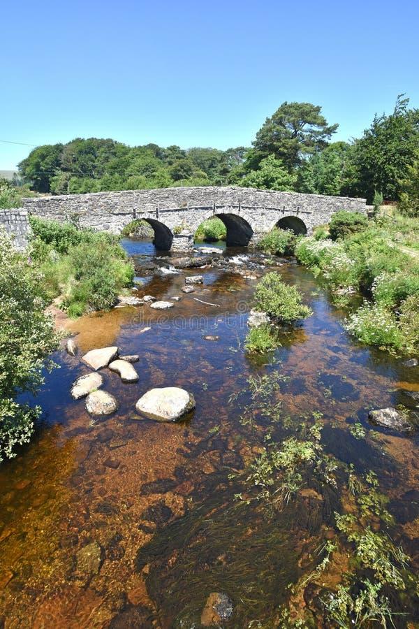 古老石拍板桥梁,达特穆尔,英国 免版税图库摄影