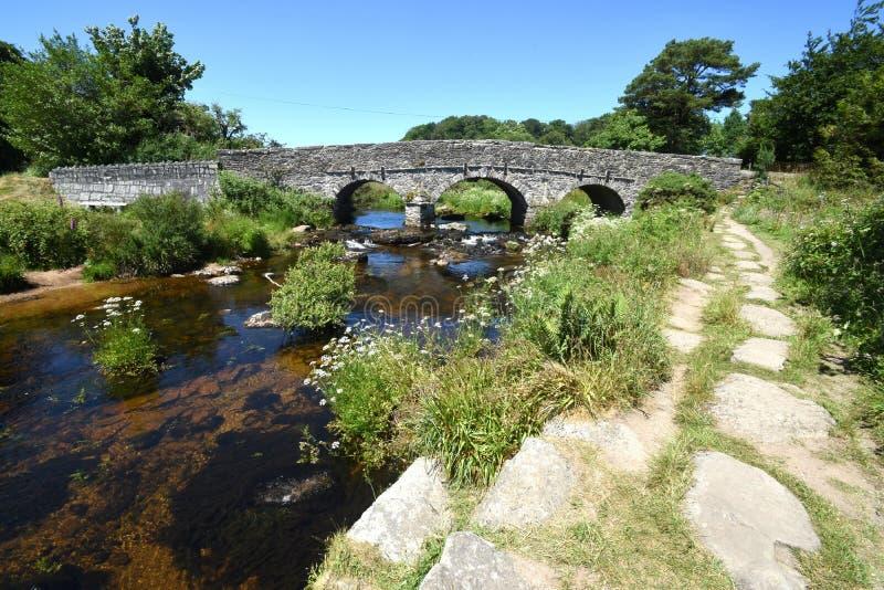 古老石拍板桥梁,达特穆尔,英国 免版税库存照片