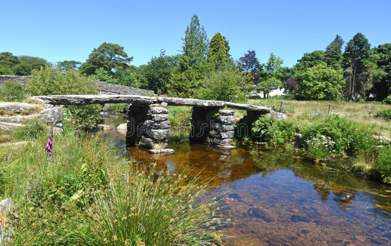 古老石拍板桥梁,达特穆尔,英国 库存照片