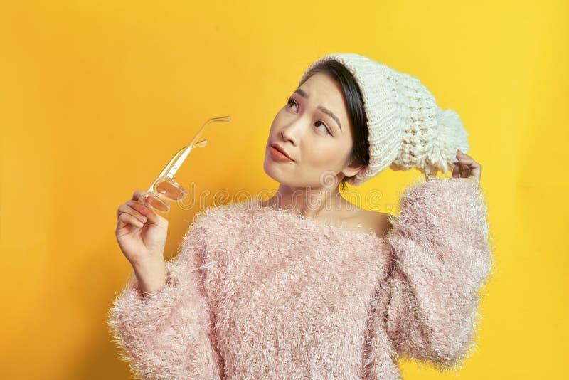 可爱的妇女表现出真实的正面情感在photoshoot期间用桃红色毛皮大衣 活跃迷人的女孩室内画象  库存图片