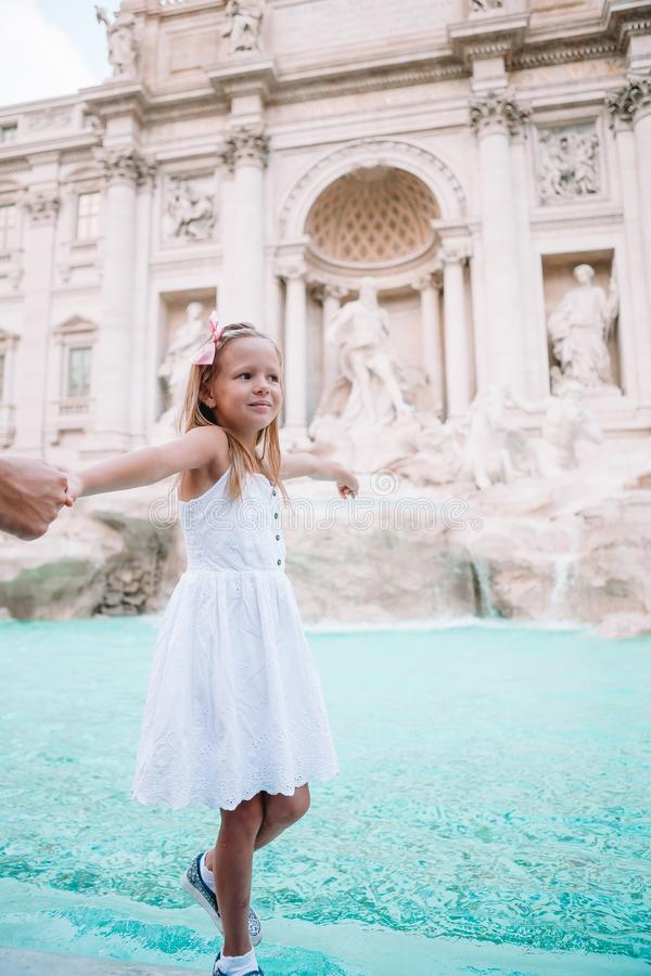 可爱的小女孩背景Trevi喷泉,罗马,意大利 愉快的toodler孩子在欧洲享受意大利假期假日 库存照片
