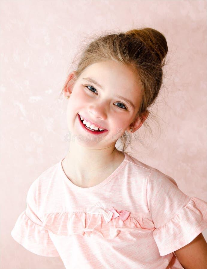 可爱的微笑的小女孩孩子画象  图库摄影