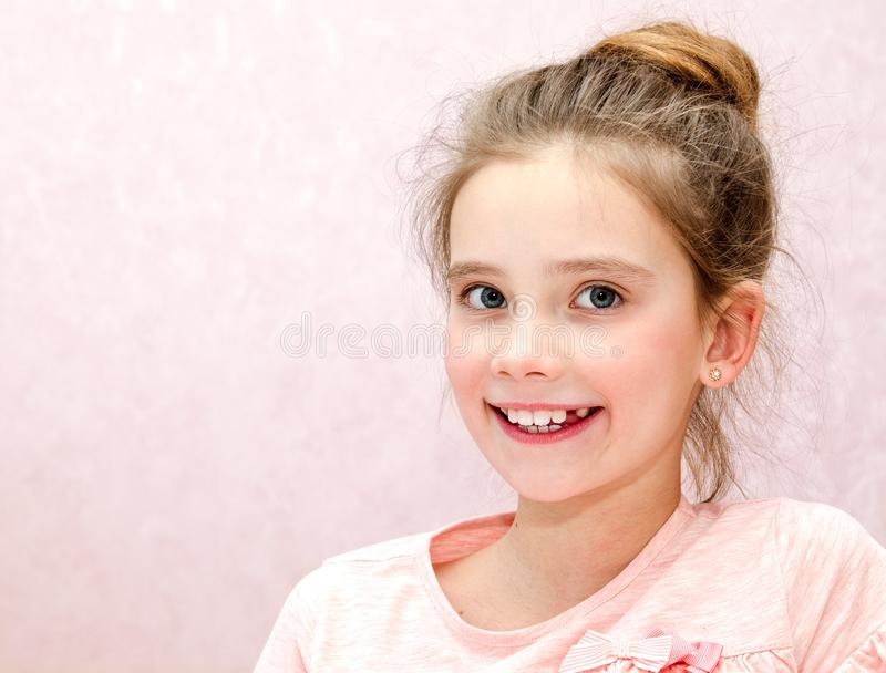 可爱的微笑的小女孩孩子画象  免版税库存照片