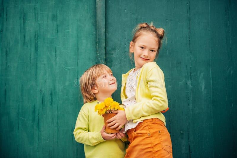 可爱的时尚孩子室外画象  库存图片