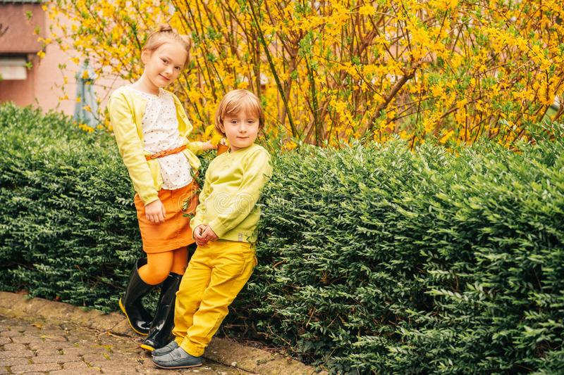 可爱的时尚孩子室外画象  库存照片
