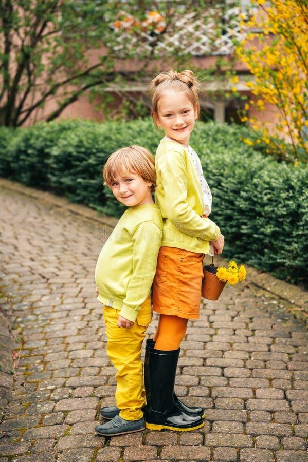 可爱的时尚孩子室外画象  免版税库存照片