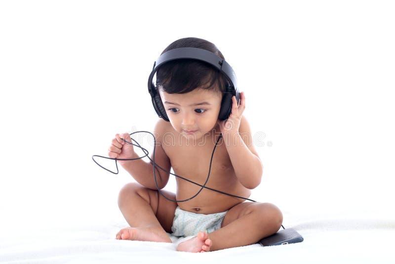 可爱的babyboy听的音乐 库存图片