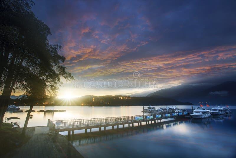 台湾日出的日月潭与反射水湖 库存照片