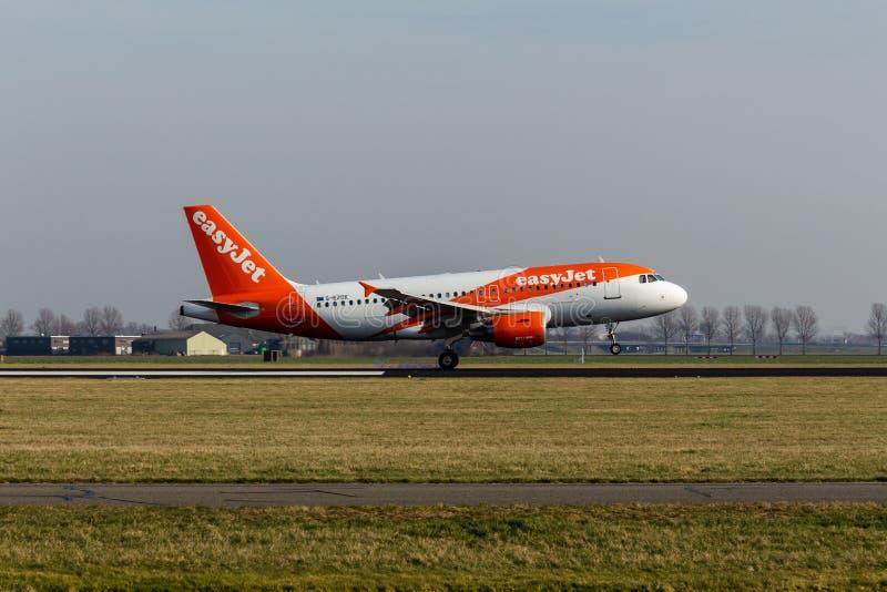 史基普机场,北荷兰省/荷兰- 2019年2月16日:易捷航空空中客车A319-100 G-EZDK 免版税库存照片