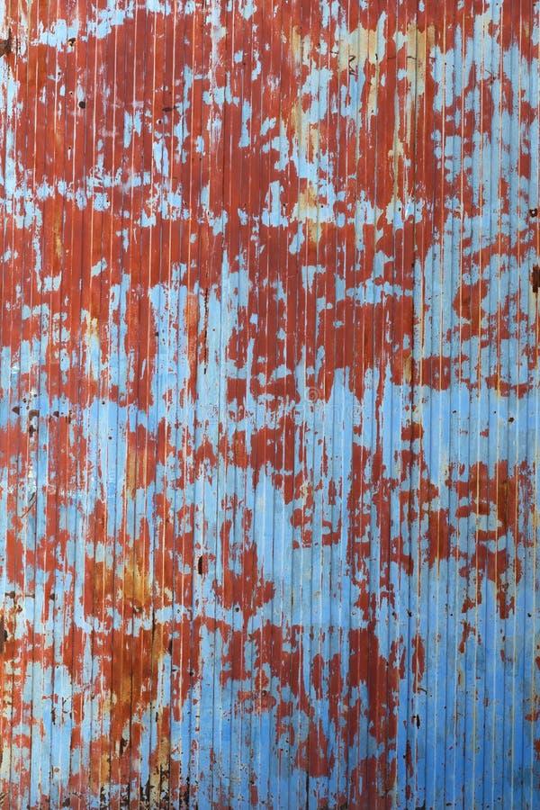 变老使金属被绘的门成波状 库存照片