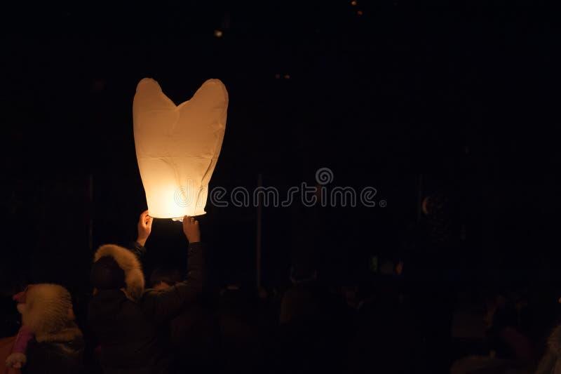 发射气球在情人节,傍晚 免版税库存图片