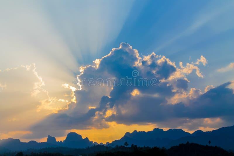 发光通过云彩的日落光 库存照片
