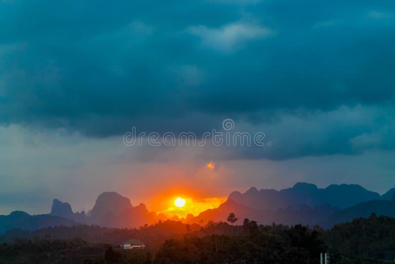 发光通过云彩的日落光 图库摄影