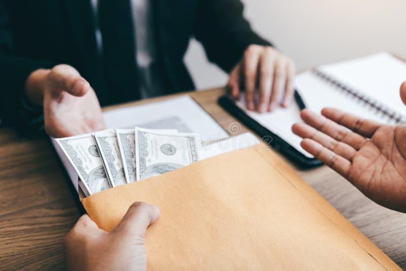 同事在办公室屋子里来提供工作的项目今后和同意通过给金钱贿赂商人 免版税库存照片