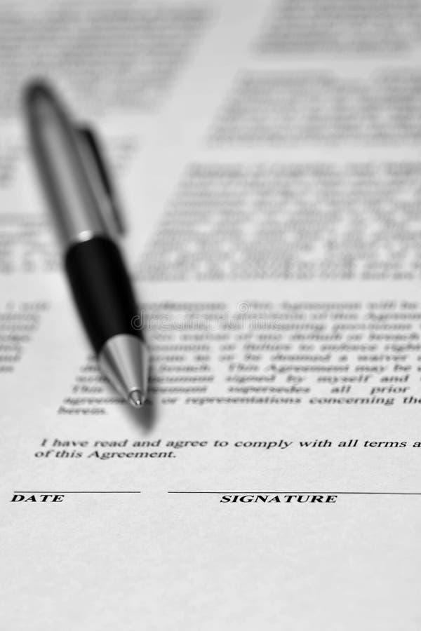 同笔的合同在书桌经济业务 免版税库存图片