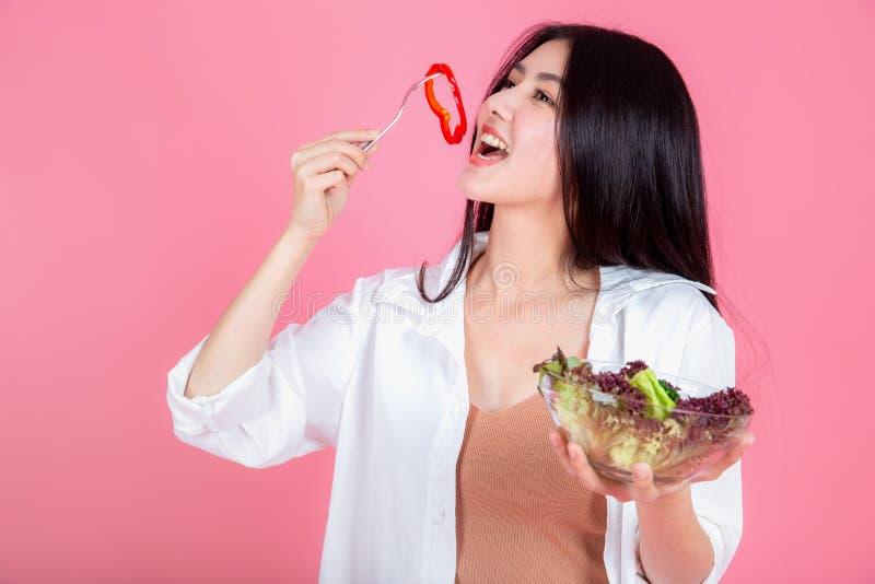 吃健康新鲜蔬菜的妇女 免版税库存照片