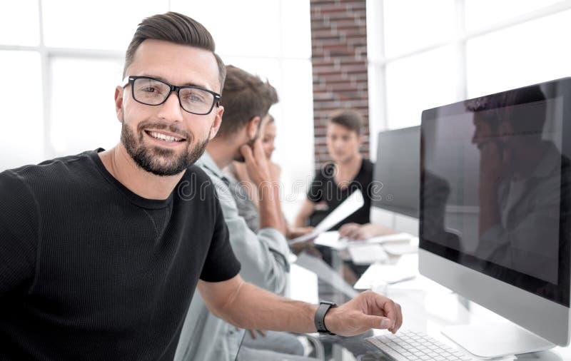 合作年轻专家有偶然讨论在办公室 免版税库存照片