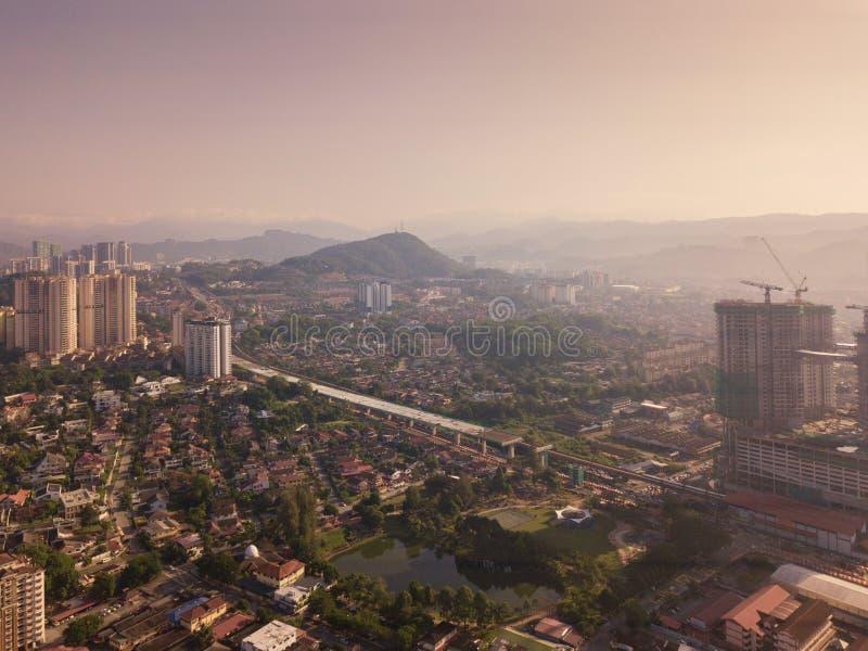 吉隆坡街市,马来西亚鸟瞰图  住宅房子区在都市城市在亚洲 大厦在中午 免版税库存图片