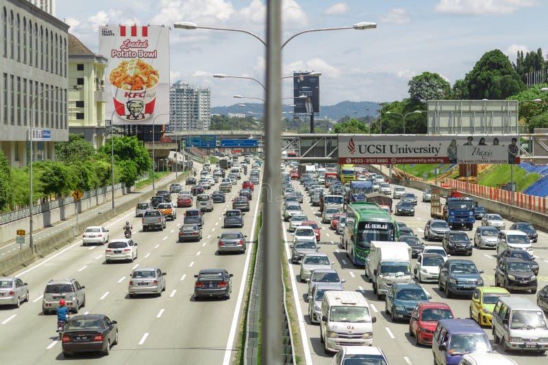 吉隆坡,马来西亚- 2018年2月13日:火车在LRT驻地到达某处在吉隆坡现代市堵车  免版税库存图片