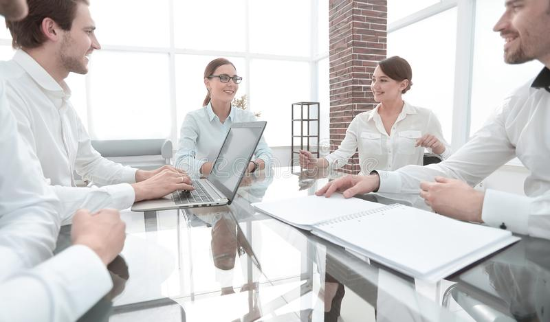 坐在书桌的商务伙伴 会议和合作 库存图片