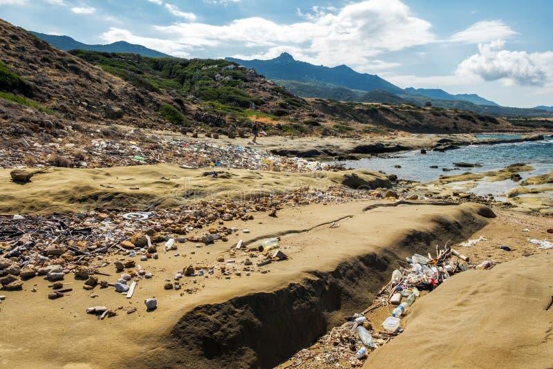 塞浦路斯海岛肮脏的海岸线,在岸的污染洗涤物 库存图片
