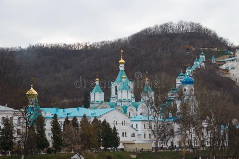 塞维尔斯基顿涅茨的银行的Svyatogorsk修道院 免版税库存照片