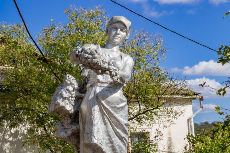 塞瓦斯托波尔,克里米亚- 2014年9月:对种葡萄并酿酒的人妇女的纪念碑 免版税库存照片