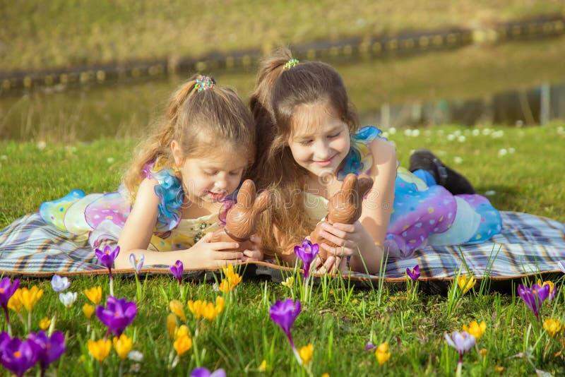 复活节假日概念 有复活节巧克力兔宝宝的孩子 免版税库存图片