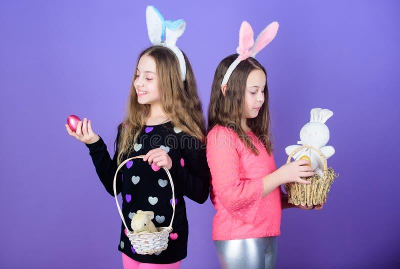 复活节天 孩子的复活节活动 愉快的复活节 假日有长的兔宝宝耳朵的兔宝宝女孩 鸡蛋和兔宝宝 免版税库存照片