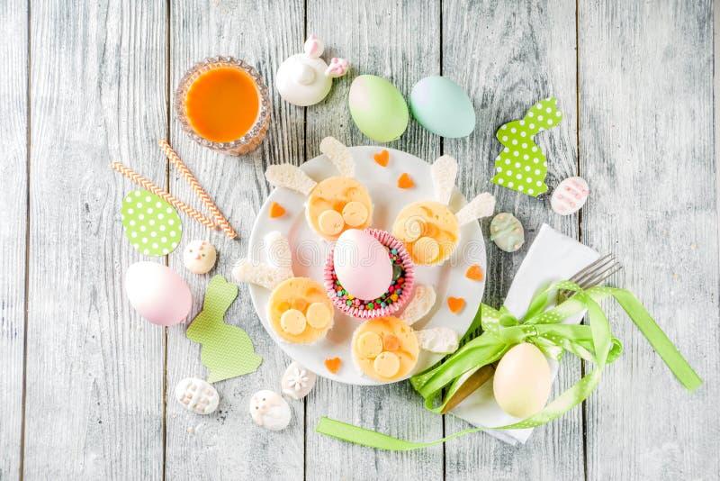 复活节孩子用早餐用兔子三明治 免版税图库摄影