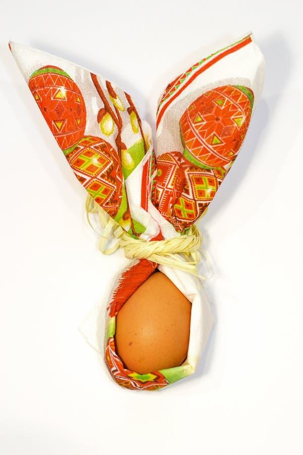 复活节彩蛋的关闭在白色背景隔绝的纸巾兔子形状  准备春天假日 顶视图, 库存照片