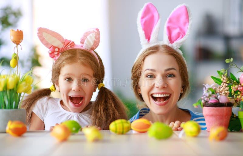 复活节快乐!家庭母亲和儿童女儿用准备好耳朵的野兔在假日 图库摄影