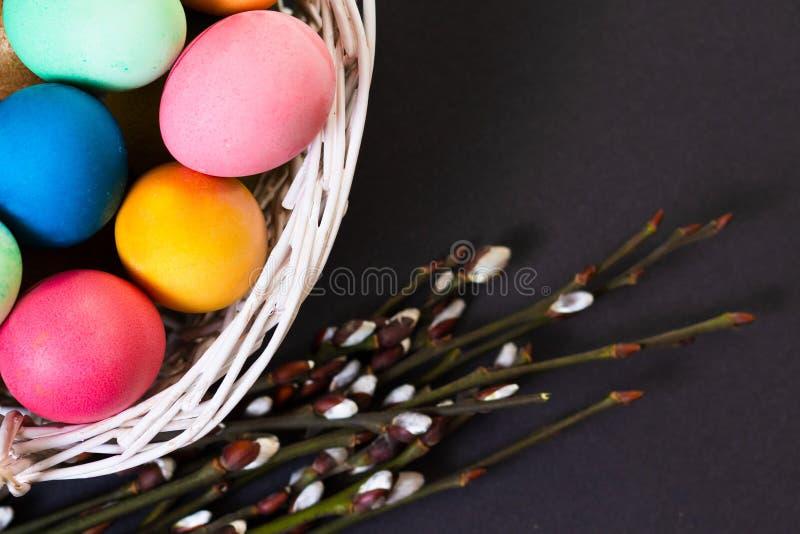 复活节准备 五颜六色的复活节彩蛋 免版税库存图片
