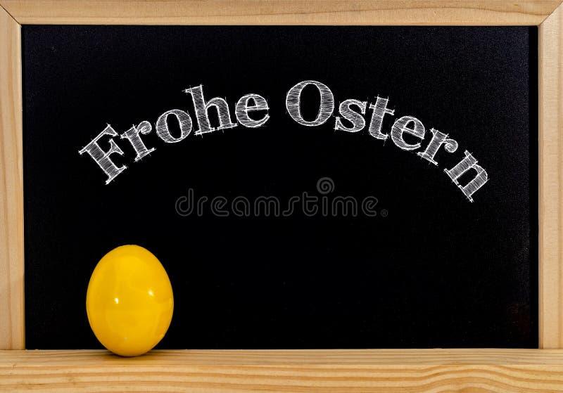 复活节框架用被绘的鸡蛋和黑板 在白色白垩的复活节快乐 复活节快乐用德语: 图库摄影