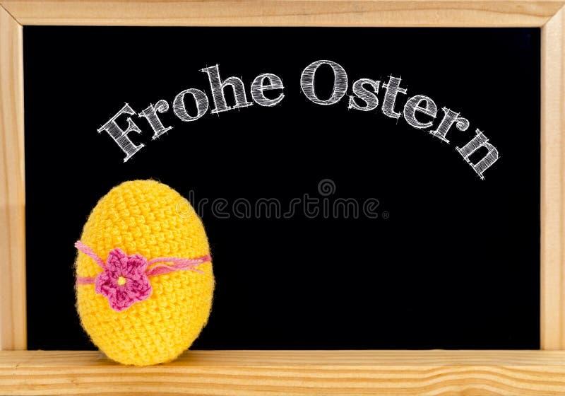 复活节框架用被绘的鸡蛋和黑板 在白色白垩的复活节快乐 复活节快乐用德语: 免版税图库摄影