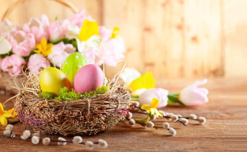 复活节构成用在巢、春天褪色柳花和分支的复活节彩蛋  免版税库存照片