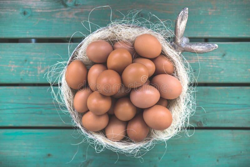 复活节篮子/碗用鸡蛋 库存图片