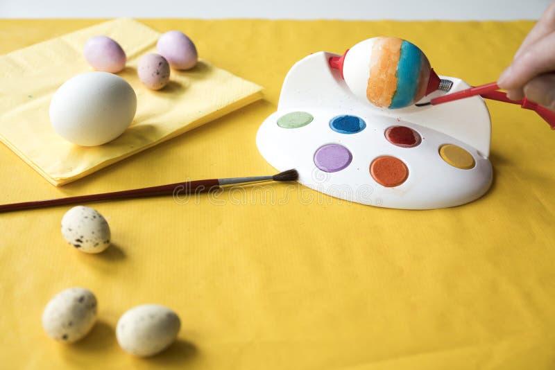 复活节的绘的鸡蛋,与工具andbrush 免版税库存图片