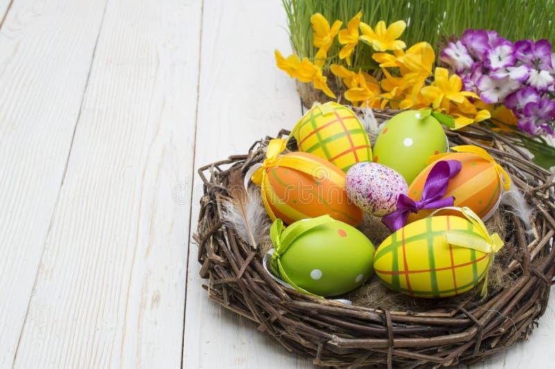 复活节装饰用在木背景的鸡蛋 免版税库存图片