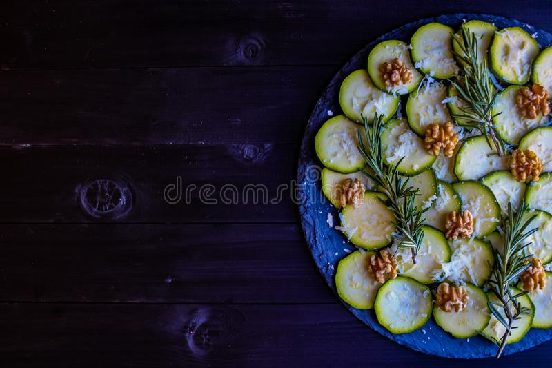 夏南瓜Carpaccio与坚果和乳酪的 免版税库存图片
