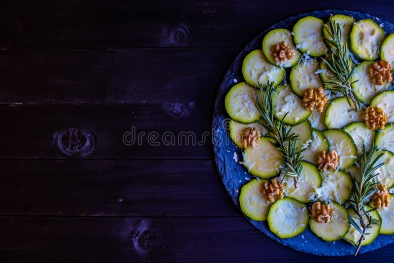 夏南瓜Carpaccio与坚果和乳酪的 库存照片