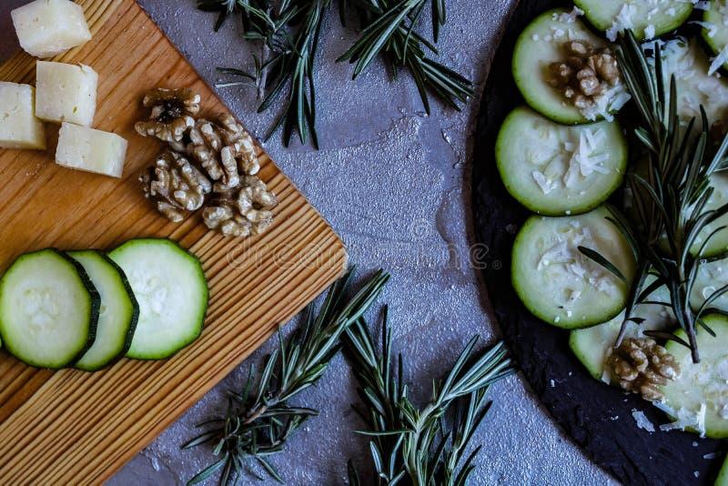 夏南瓜Carpaccio与坚果和乳酪的 图库摄影