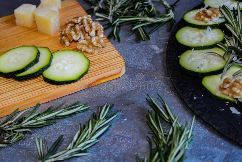 夏南瓜Carpaccio与坚果和乳酪的 免版税库存照片