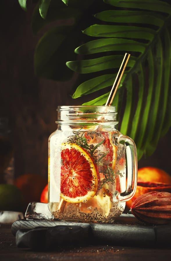 夏天冷的戒毒所饮料用红色桔子、柑桔汁和chia种子 健康健身饮料 烹调的成份  库存图片