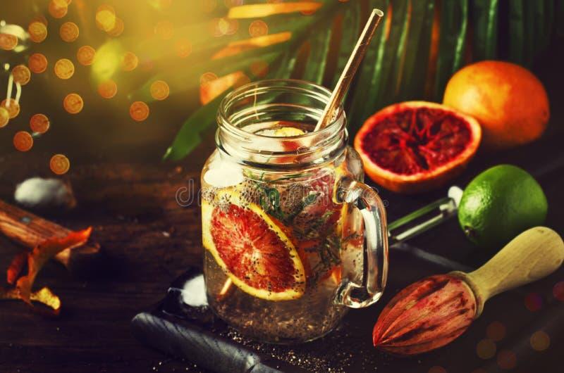 夏天冷的戒毒所饮料用红色桔子、迷迭香、柑桔汁和chia种子 健康健身饮料 成份为 库存照片