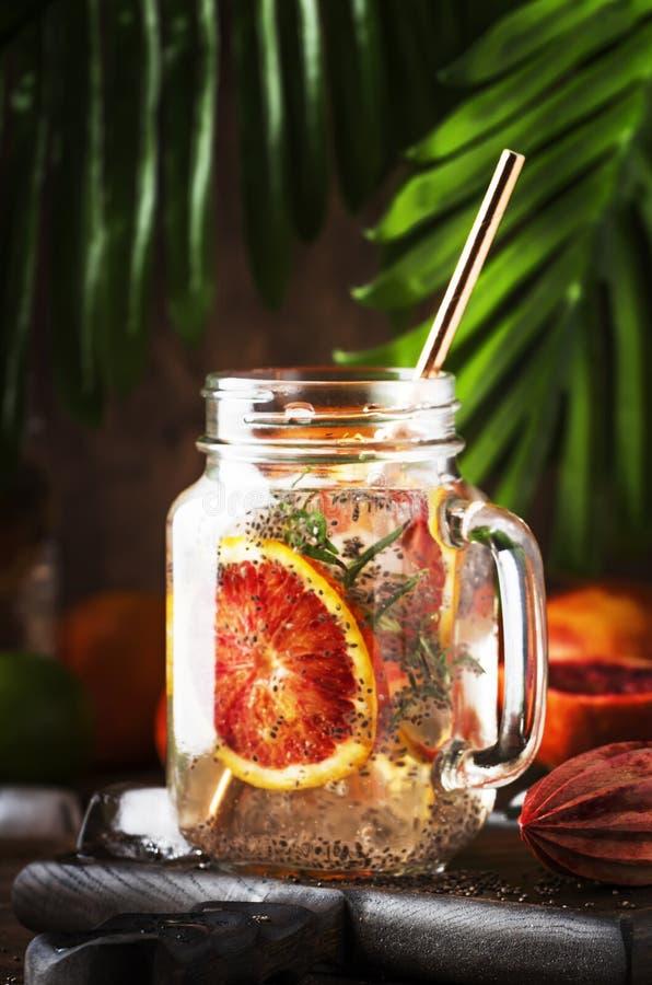 夏天冷的戒毒所饮料用红色桔子、迷迭香、柑桔汁和chia种子 健康健身饮料 成份为 库存图片