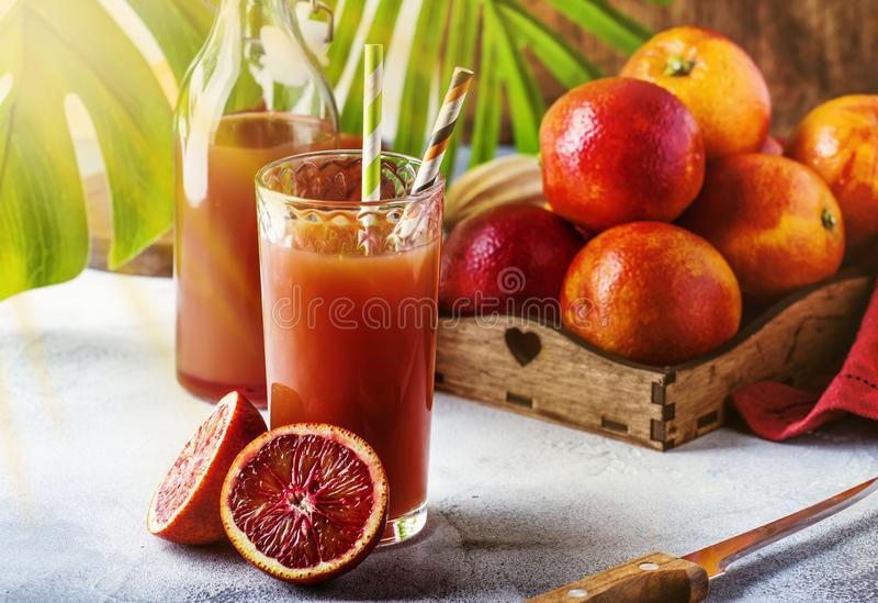 夏天汁液或非酒精刷新的健康鸡尾酒或者饮料从新近地被紧压的红色西西里人的桔子,明亮的轻的桌 免版税库存图片
