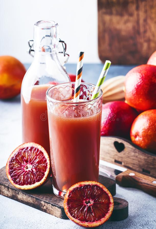 夏天汁液或非酒精刷新的健康鸡尾酒或者饮料从新近地被紧压的红色西西里人的桔子,明亮的轻的桌 免版税库存照片